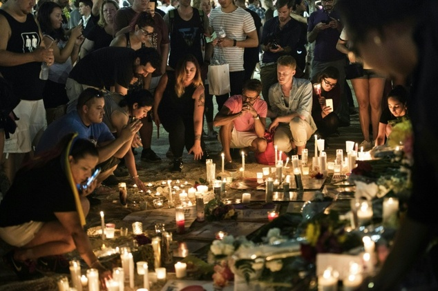 Thousands gather for candlelight vigil in Orlando, Florida