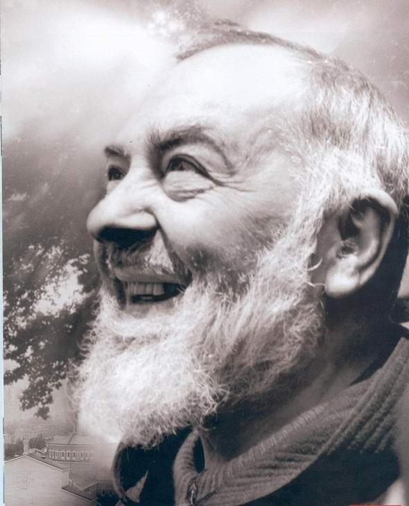 Padre-Pio-sorridente