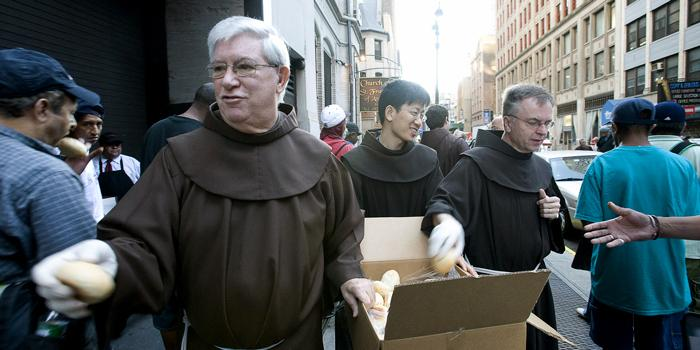 friars-in-habits-giving-out-bread-in-front-of-sfa-nyc1