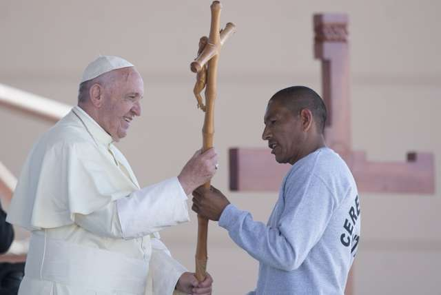 Pope Francis receives a cross made by an inmate at the CeReSo n. 3 prison in Ciudad Juarez, Mexico, Feb. 17, 2016. Credit: L'Osservatore Romano.